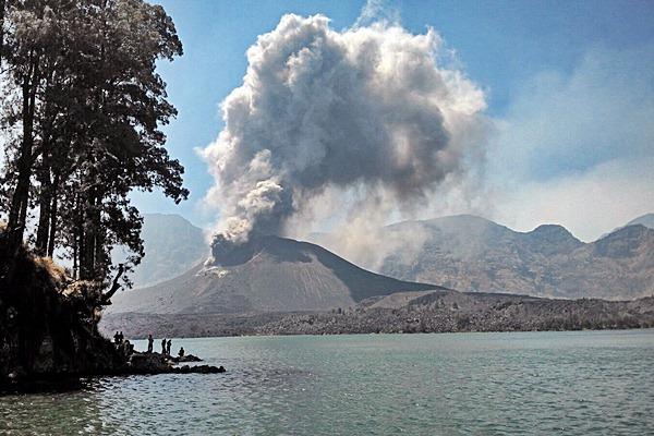 Aktivitas Gunung Barujari yang berada di tengah danau Segara Anak mengeluarkan debu vulkanik saat meletus di Sembalun, Lombok Timur, NTB, Minggu (25/10). Gunung Barujari atau yang disebut Gunung Baru yang berada di sisi timur kaldera Gunung Rinjani dengan kawah berukuran 170m x 200 meter pada ketinggian 2296 - 2376 mdpl pada Minggu pukul 10.45 WITA mengeluarkan letusan abu vulkanik. ANTARA FOTO/Lalu Edi/AS/nz/15.