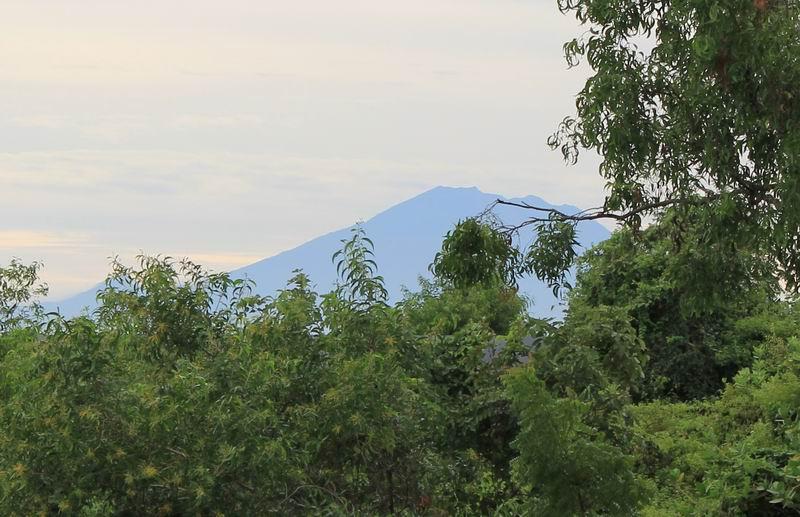 先日から降り続いた雨で空気が綺麗になりアグン山がくっきりと見えています。