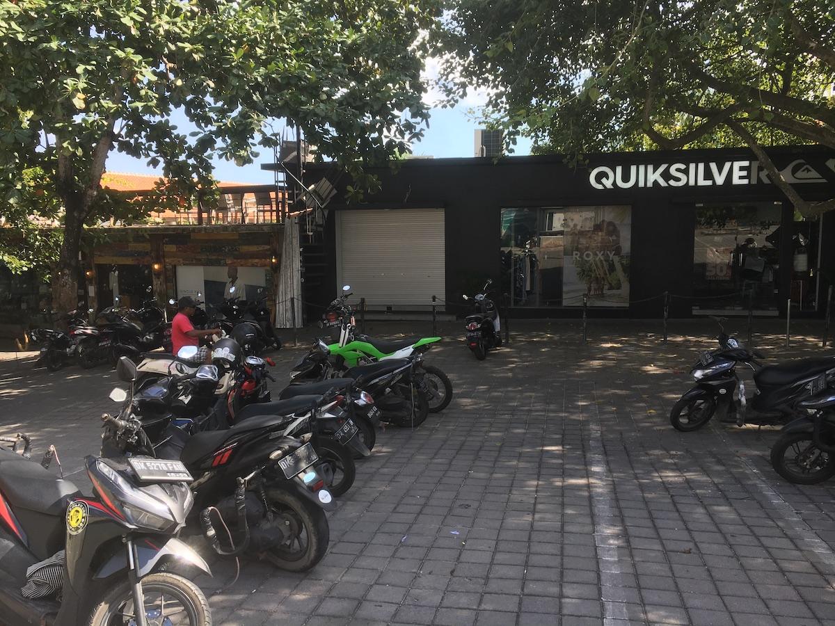 奥まで進むとクイックシルバーのお店があるのでそこにバイクは停められます。
