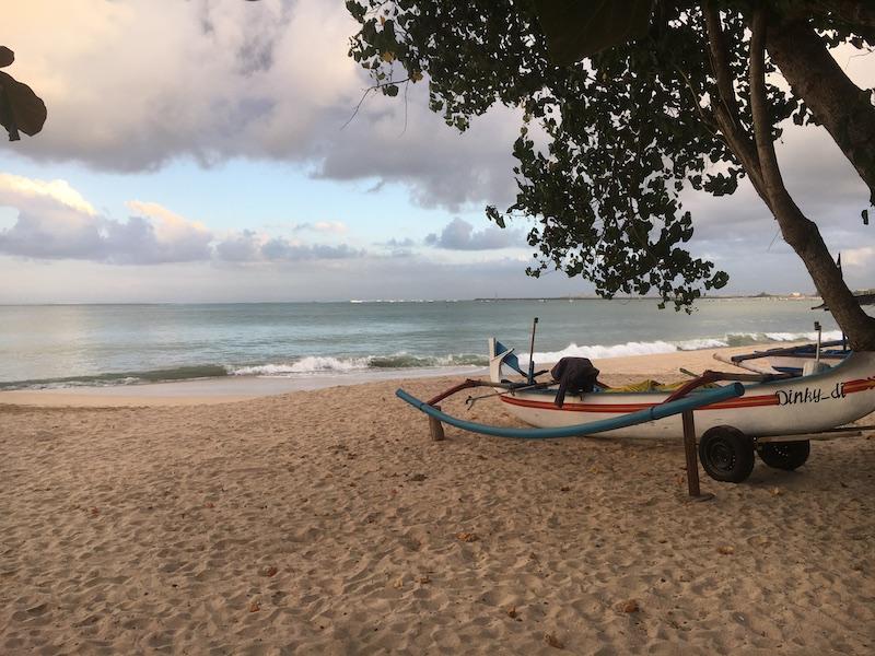 駐車場の目の前はビーチになっており、遠くにエアーポートライト、その手前にトロトロの波をみることができます。