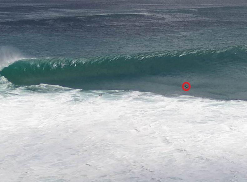 見えますか?赤い丸がサーファーです。波のサイズは余裕のダブルオーバー