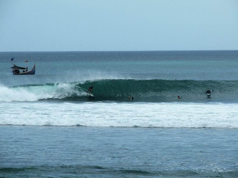 正面からアップで。この波もチューブ波、肩以上のうねりが入りタイドと条件が合えばチューブのオンパレードです。