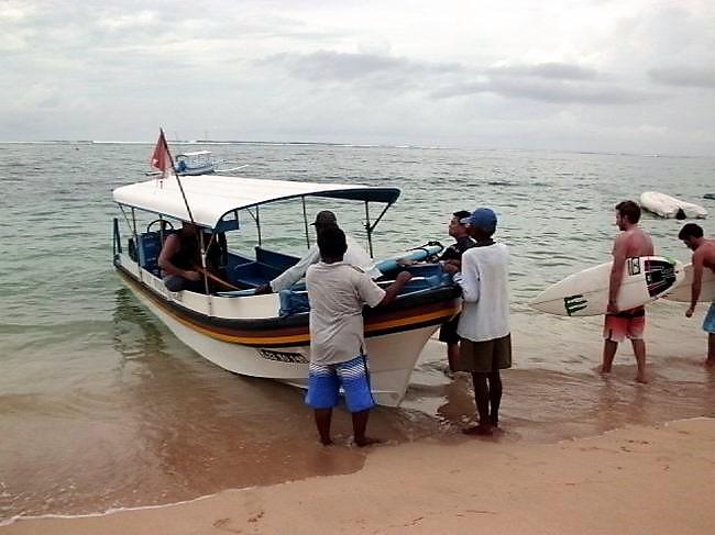 サーファーが2,3人集まると不定期ですがカヌー出発1時間に4回ほどポイントまで行き来しています。
