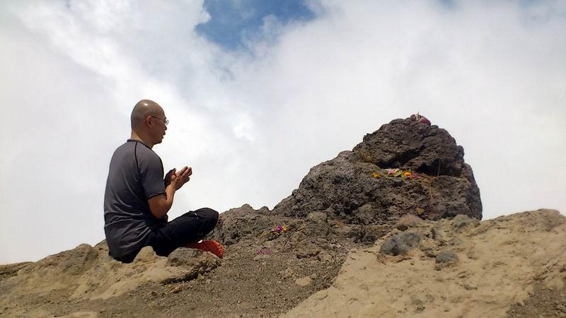 11月8日アグン山頂 3142Mでお経を唱えるMYOUKAIBOUこと香川住職。 多分アグン山頂でお経を唱え た人はこの山が誕生して以来、初めてでしょう。