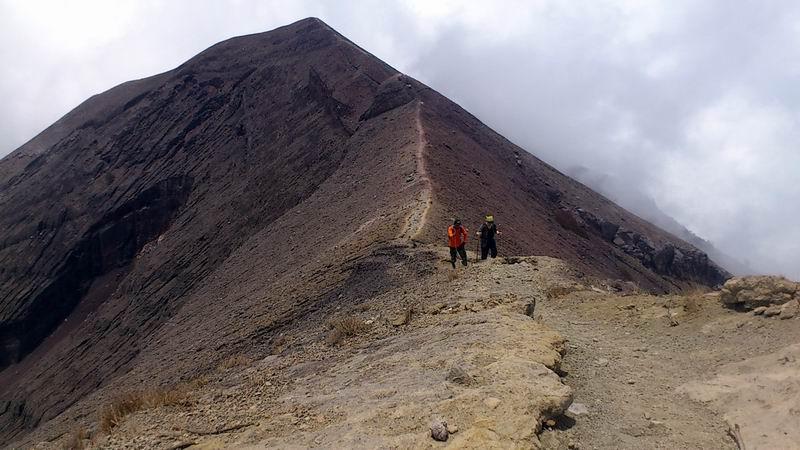 11月8日の登山 誰もいないアグン山頂付近を歩く香川住職と案内人