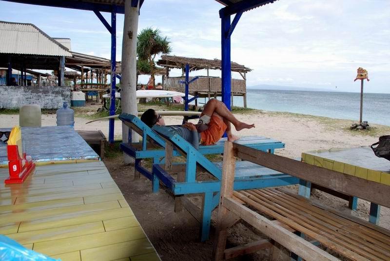 海の家からはポイント一望、のんびり過ごしながらサーフィンを楽しめます。