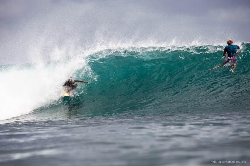 水中カメラでワンショット。パーフェクトな波のビンギンはサーファーだけでなく水中カメラマンにも人気のポイントです。