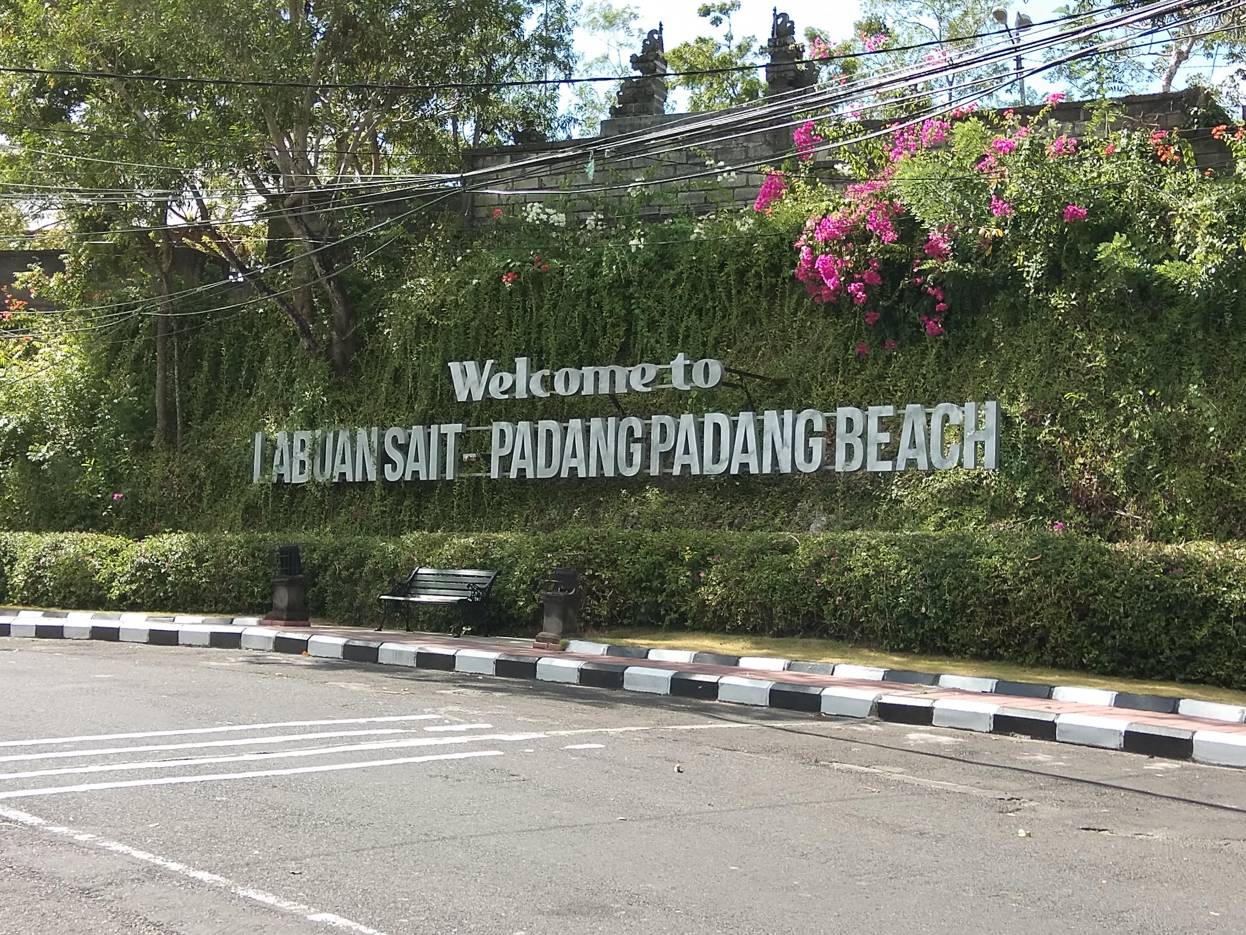 パダンパダンビーチの入り口はこのサイン目印。