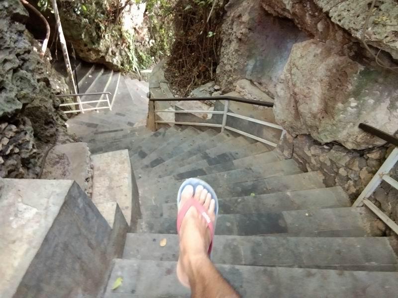 洞窟の中を抜ける急な階段を下っていくと