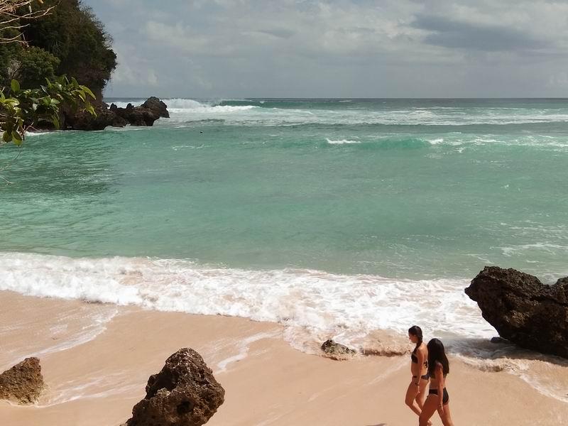 パドルアウトは左の岩場から波をかぶらずに出ていけます。