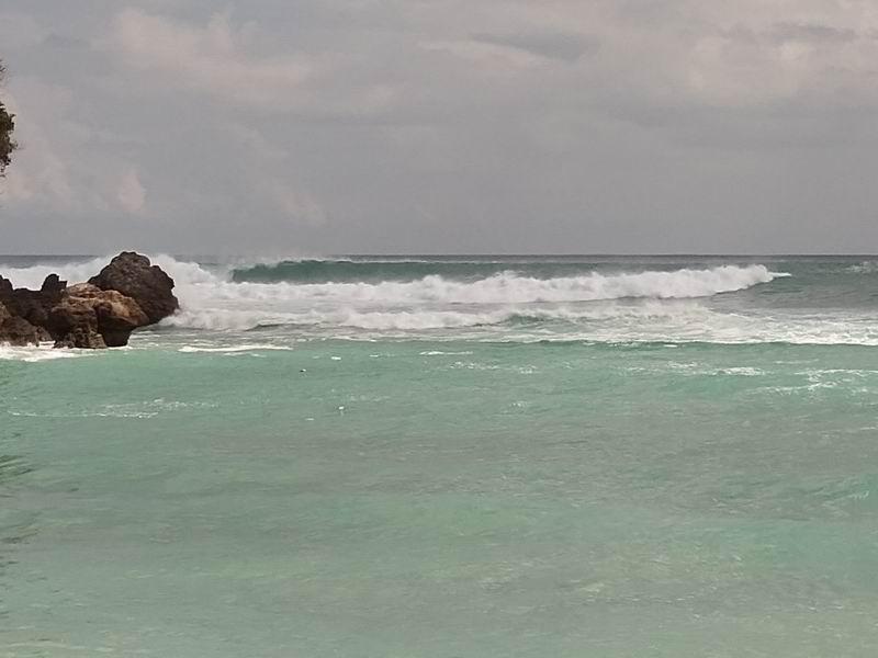 普段は静かなビーチでこんなに大きな波の日は珍しいです。