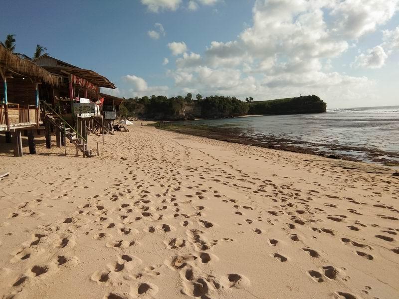 バランガンは300mほどの長い白砂のビーチ