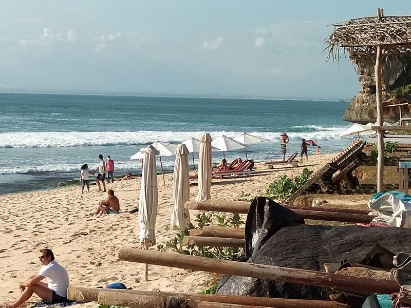 ビーチはサーファーだけでなくヨーロピアン美女などにも人気のスポット