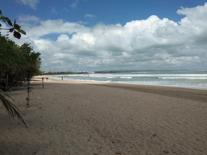 通りの向こう側には長ーい白砂の海岸が