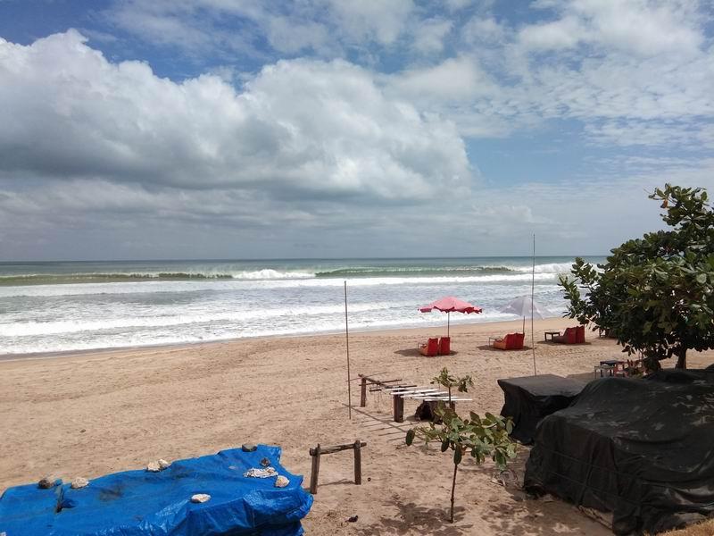 ビーチのいたるところでサーフィンできる波が割れています。