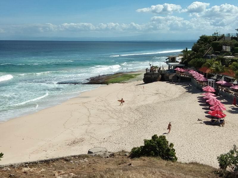 白砂のビーチは観光客でも賑わいます。
