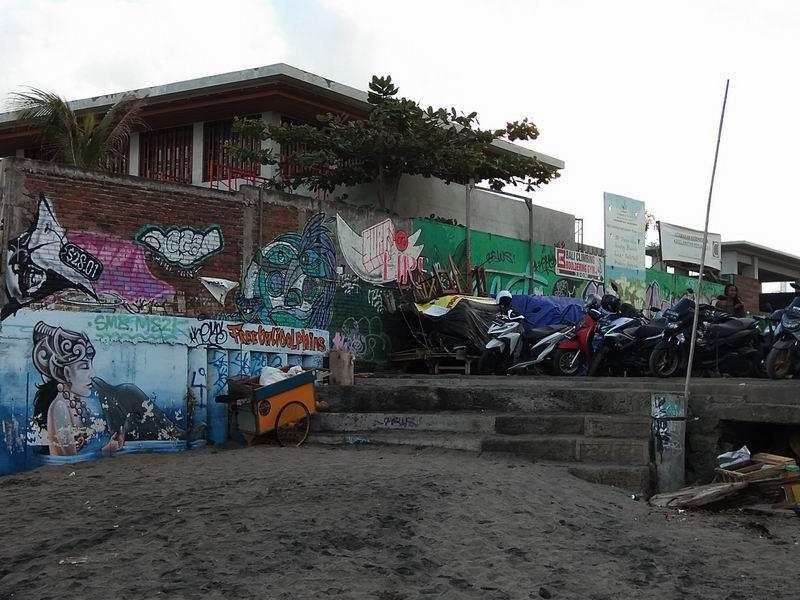 チャングーの各ポイントはビーチギリギリのところまでバイクで乗り入れできます。