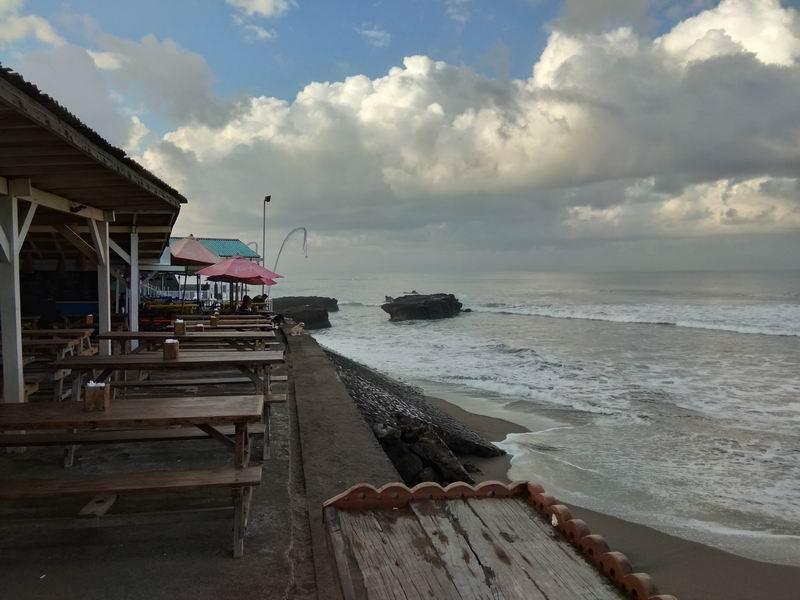 この日は早朝で店が閉まってましたがビーチ沿いにはカフェなど多数あり