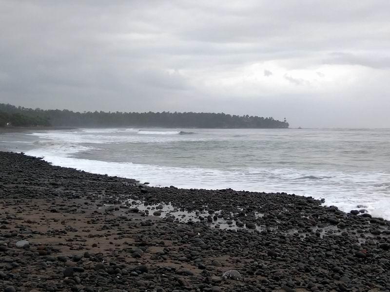 周辺の海岸は人が少なくのんびりした雰囲気です。