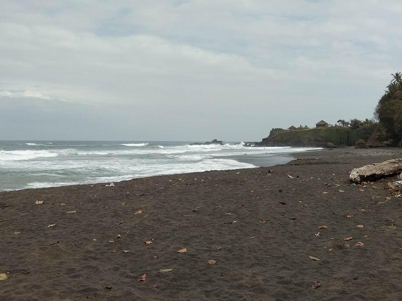 河口にあるポイントは黒砂のビーチです。