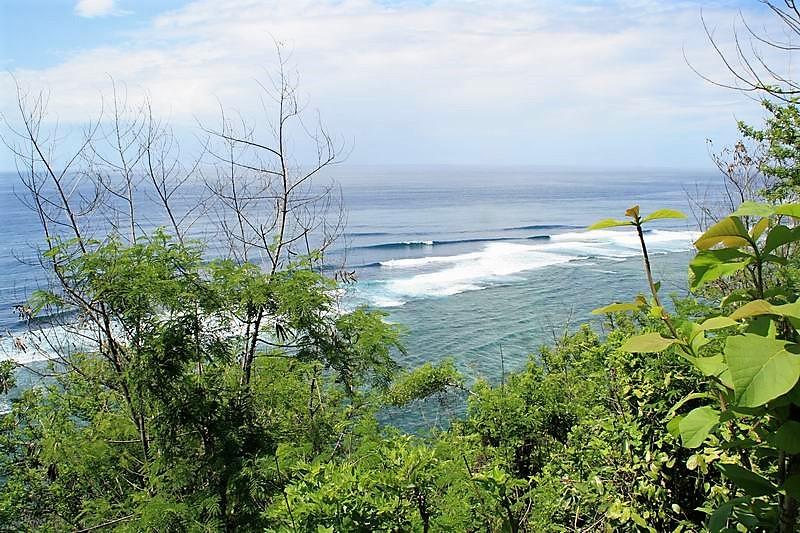 バリ島の南側にあるグヌンパユン絶景です。サーファー以外の地元観光客にも人気のスポット