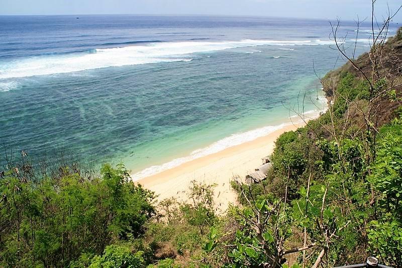 こじんまりとしたシークレットビーチ、水の色は何時もエメラルドグリーン