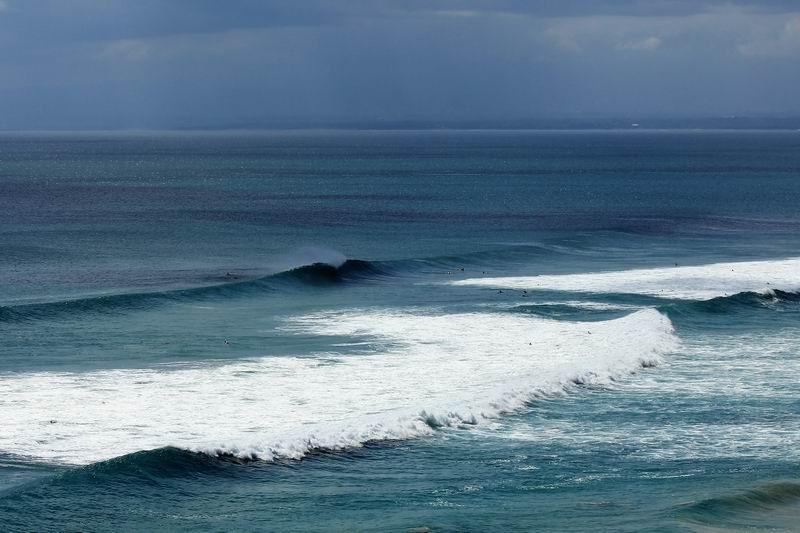 手前のブレイクがビンギンライト、沖のブレイクも一見よさそうですがクローズアウトしてしまいます。