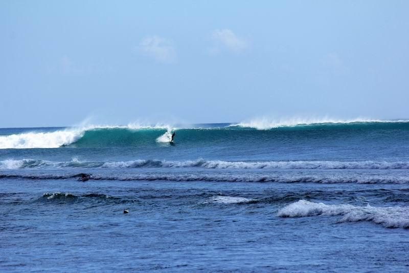 これはインサイドの波、横から見てるとハードな波に見えますが実際はそれほど掘れていないファンウェーブです。