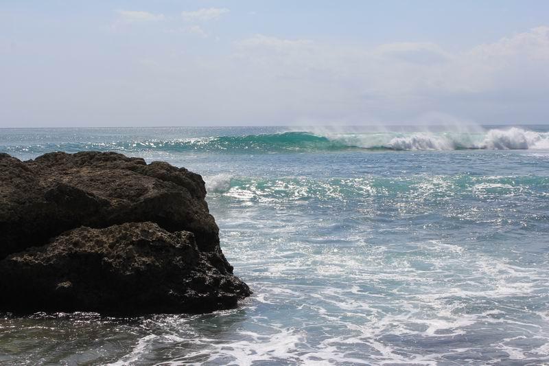 インサイドはメローな波、胸ぐらいまでは初心者もサーフィン可能です。