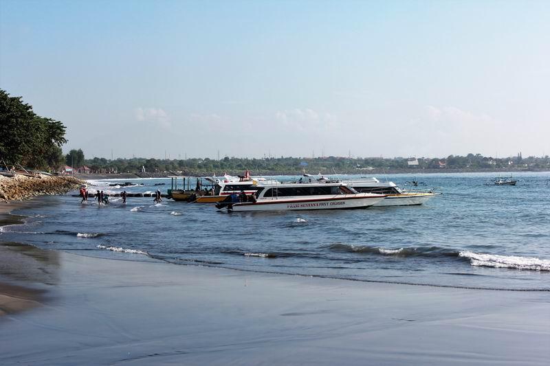 レンボンガン島に行く船が発着を繰り返してます。ポイント横のチャンネルを利用して湾内に出入りしています。