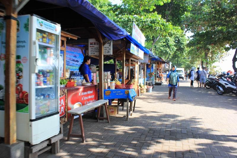 ビーチ沿いにはローカルフードのお店が連なっています。