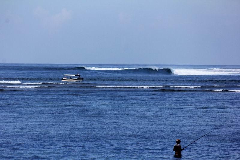 サヌール側からみたライトの波、インドネシアらしいマシーンウェーブです。