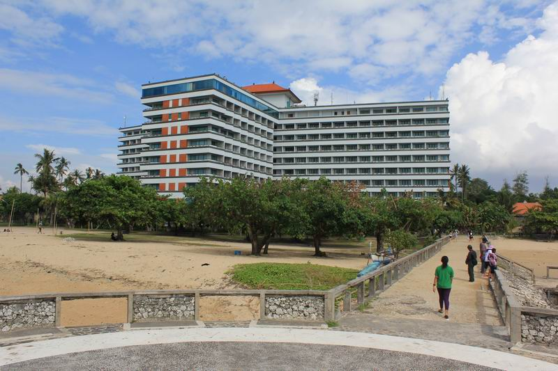 サヌールリーフの目印はこの建物、グランドバリビーチホテル。