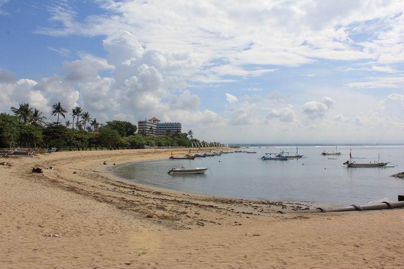 赤い屋根はサヌールポイントの前に立つグランドバリビーチホテル、お隣のサヌールから徒歩5分ぐらいの距離です。