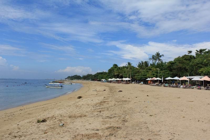隣のサヌールリーフのビーチに比べて人が少なくのんびりとした雰囲気、波が上がってもいつもサーファー少なく空いています。