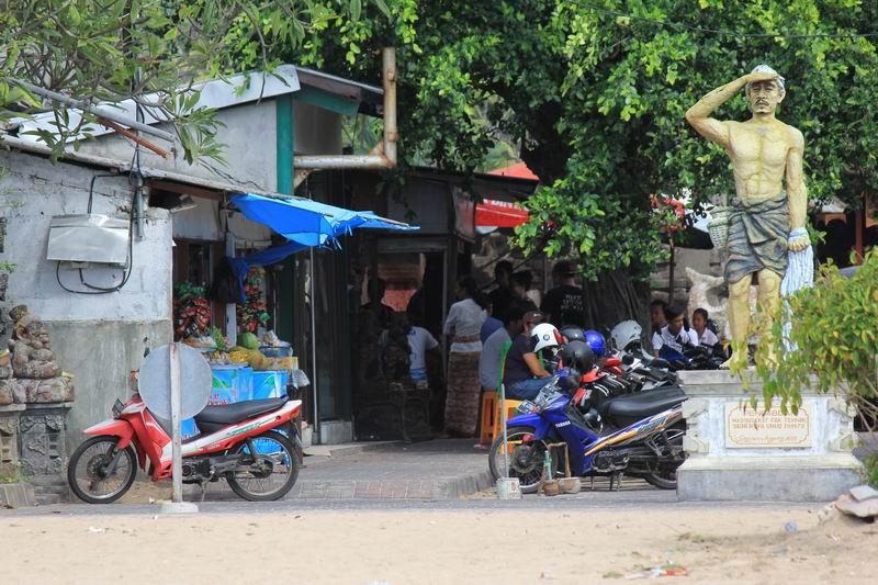 ポイント入り口にはローカル飯屋があり、バリ料理屋、サテなどが食べられます。昼時は何時もローカルで賑わっています。