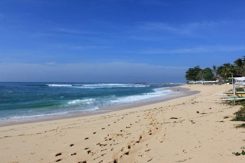 ビーチは白砂上から見るよりインサイドの波は小さ目です。