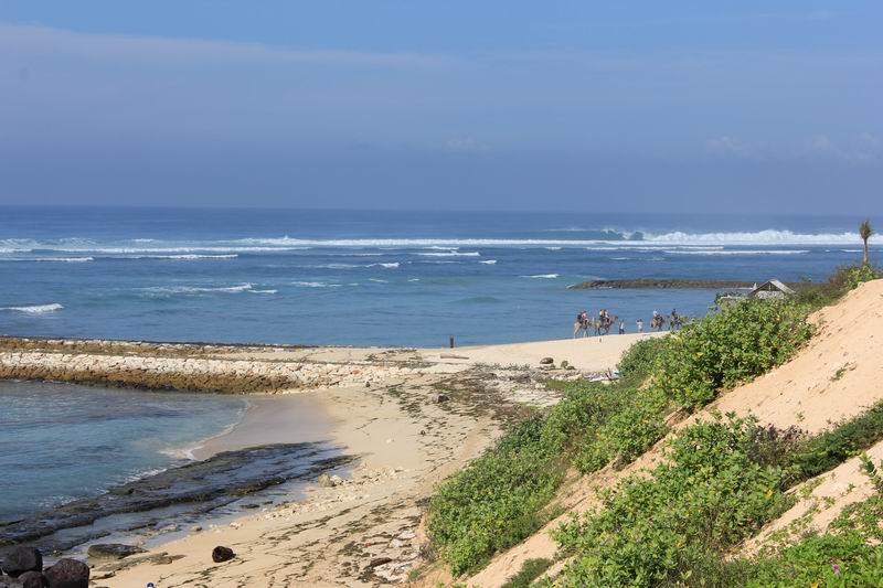堤防より奥の方は人が少ない白砂のビーチが広がっています。