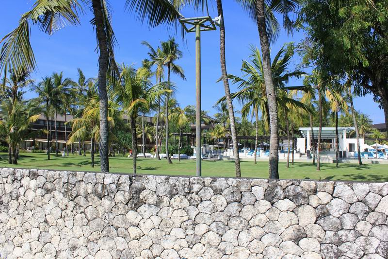 丁度クラブメッドホテルの脇、駐車場からはホテルの敷地が見渡せます。