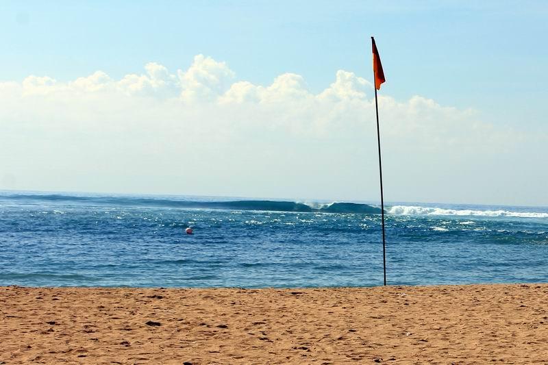 車を止めてビーチ方面に100Mほど歩くとスリランカの波が見えてきます。