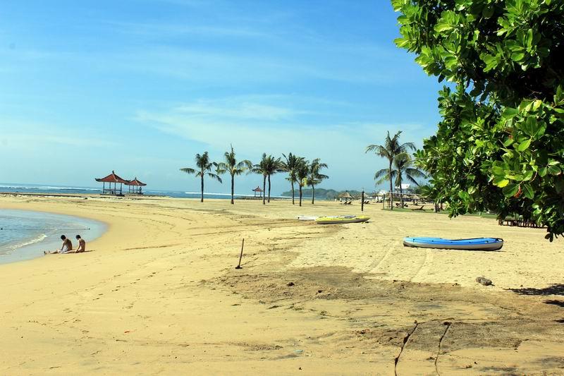 周辺はリゾートビーチで公園のように整備されていて、観光客でにぎわっています。そんなホテルの敷地内ビーチを歩いてポイントに行きます。
