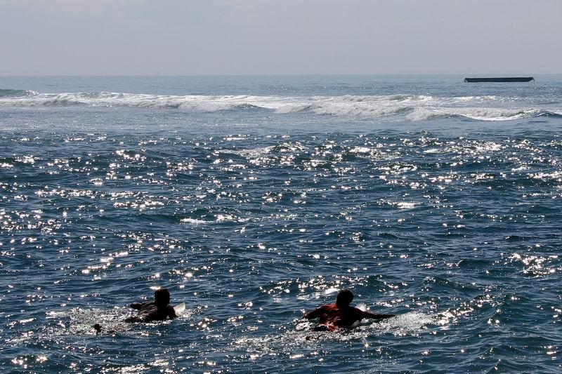 少し強めのカレントを横切ってパドルアウト、沖まで出ると流れは止まります。