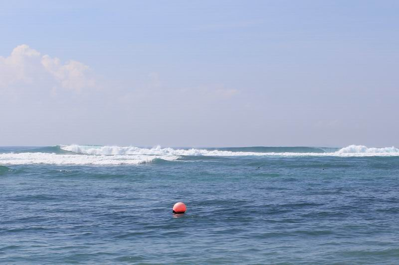 レギュラーのラインの波が綺麗に入ります。画像左側方向に波が割れて最後は深いチャンネルになり波は消滅します。