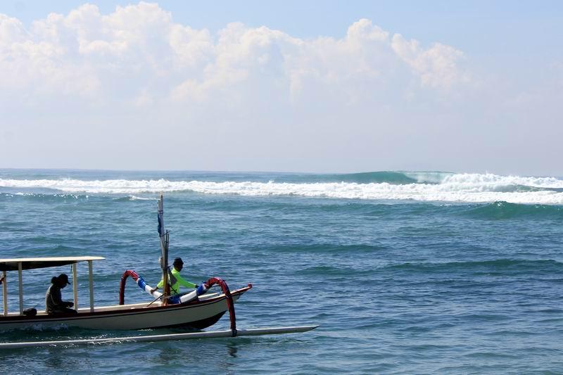 これはオーバーヘッドぐらいの波ですが、サイズが下がると初心者もサーフィンできるポイントです。