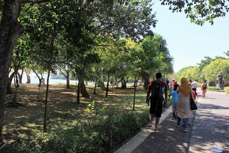 駐車場からは整備された公園内をポイントまで300mほど歩きます。