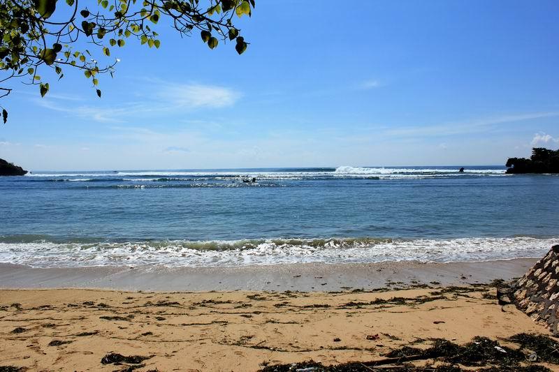 こんな感じのこじんまりしたビーチが見えてきます。波は小さめに見えますが実際入るとサイズがあります。