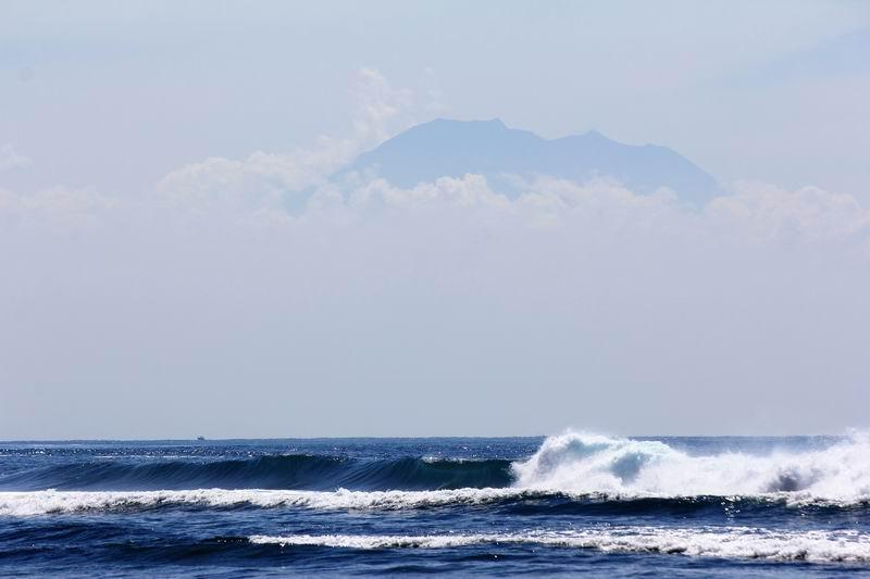天気の良い日には、バリの最高峰アグン山を正面に見ながらサーフィン。