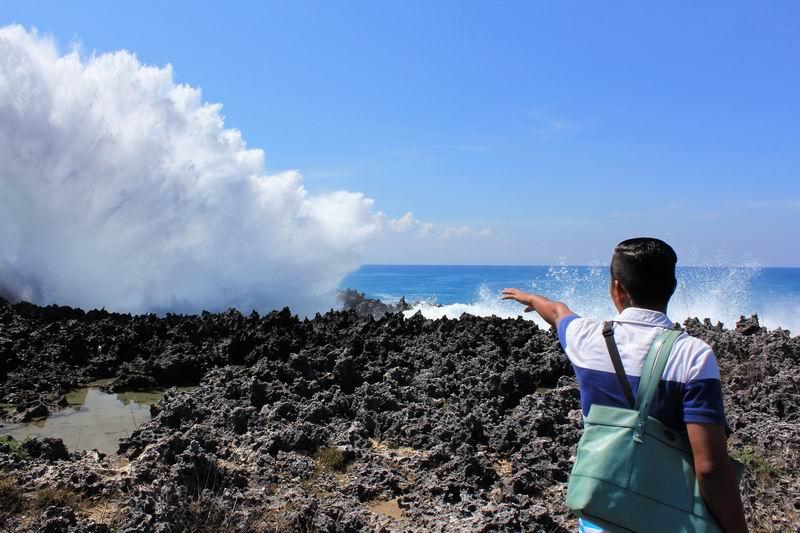 押し寄せた波が岩場に当たりすごい水しぶきを上げています。波が大きな日は15Mほど水しぶきが上がります。