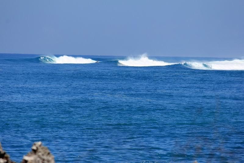 違う角度から望遠レンズで撮影、はるか沖合にハワイのようなパワフルな波がわれています。
