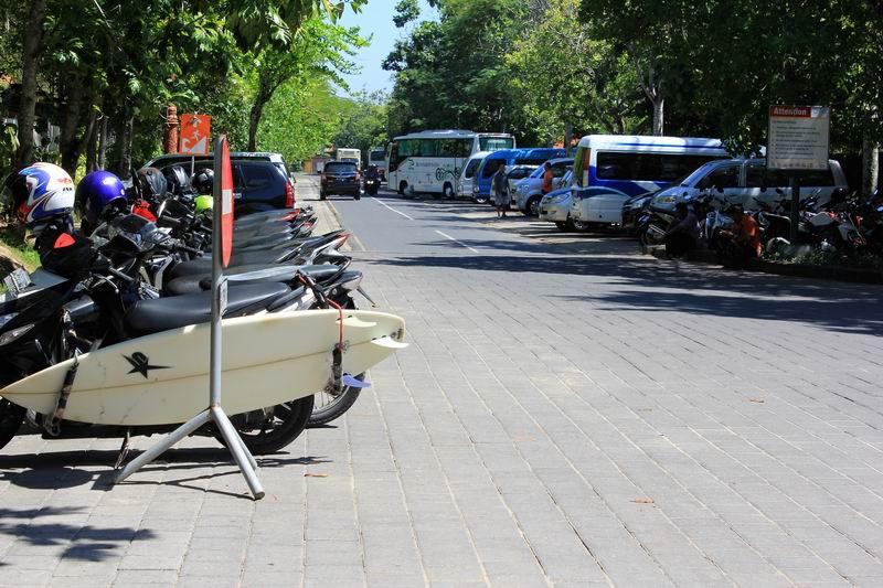 ヌサドゥア、グランドハイアットホテル脇のリゾート内の駐車場を利用します。